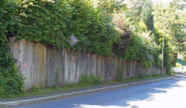 Die Stützmauer an der Wülfringhausener Straße (K48) in Wiehl muss saniert werden. (Foto: OBK)