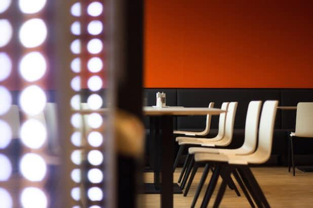 Natürliche Materialien, warme Farben: Bei der Gestaltung des Gira Mitarbeiter-Restaurants wurde Wert auf eine wohnliche Wohlfühl-Atmosphäre gelegt. (Foto: Gira)