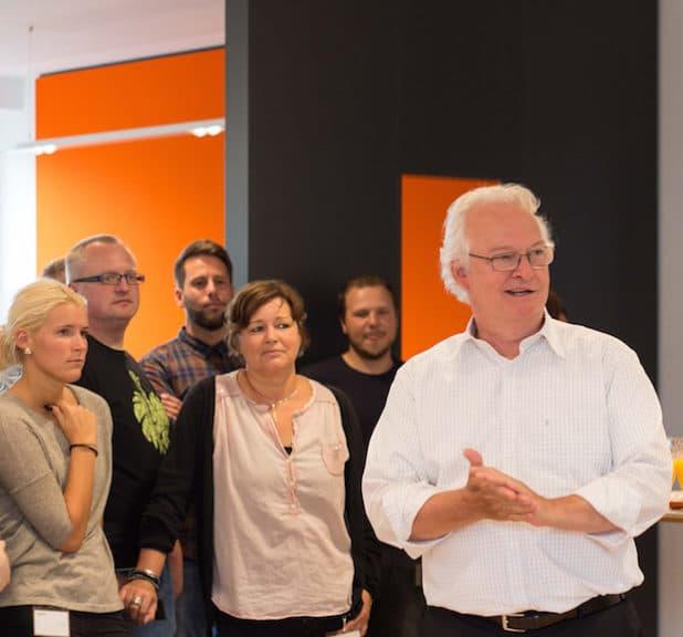 Einladendes, attraktives Umfeld: Unternehmenschef Dirk Giersiepen eröffnet das neue Gira Mitarbeiter-Restaurant. (Foto: Gira)