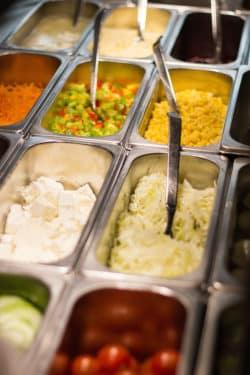 Gesunde, vollwertige Ernährung: Eine Salatbar gehört natürlich zum täglichen Speisenangebot im Gira Mitarbeiter-Restaurant. (Foto: Gira)