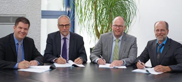 Zur Vertragsunterzeichnung trafen sich Thorsten Falk (Ständiger Vertreter des Vorstandes und Abteilungsleiter Administration und Recht beim Aggerverband), Prof. Dr. Lothar Scheuer (Vorstand Aggerverband), Frank Röttger (Geschäftsführer AggerEnergie) und Axel Heil (Leiter Key Account-Management bei der AggerEnergie) (v.l.). (Quelle: AggerEnergie GmbH)
