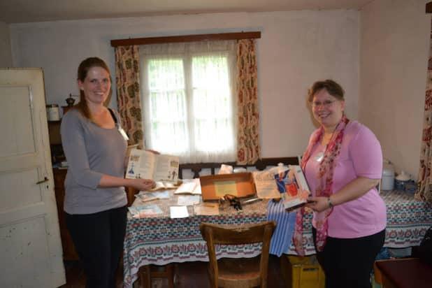 Die DFG-Projektmitarbeiterinnen Hannah Janowitz (l.) und Maybritt Schützenmeister präsentieren ausgewählte Objekte zum Thema Konservierung. (Quelle: LVR-Freilichtmuseum Lindlar)