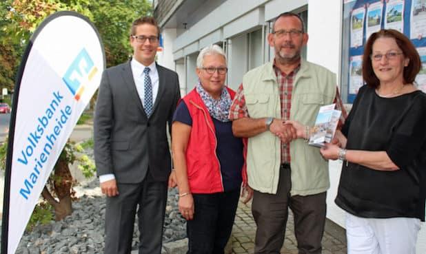 Mit Dieter und Heidi Lemmer freuen sich Sebastian Vogt (l.) und Martina Sülzer (r.) . (Quelle: Volksbank Marienheide)