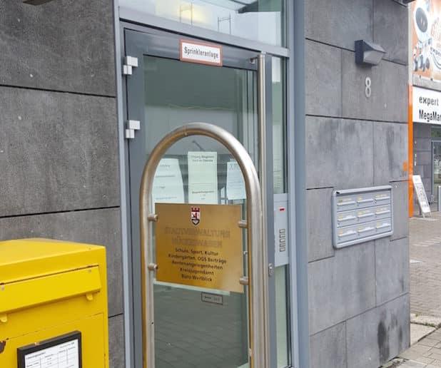 Der Eingangsbereich der Räume mit dem neuen Hinweisschild am Bahnhofsplatz 8 (Quelle: Kai Waier, Schloss-Stadt Hückeswagen)