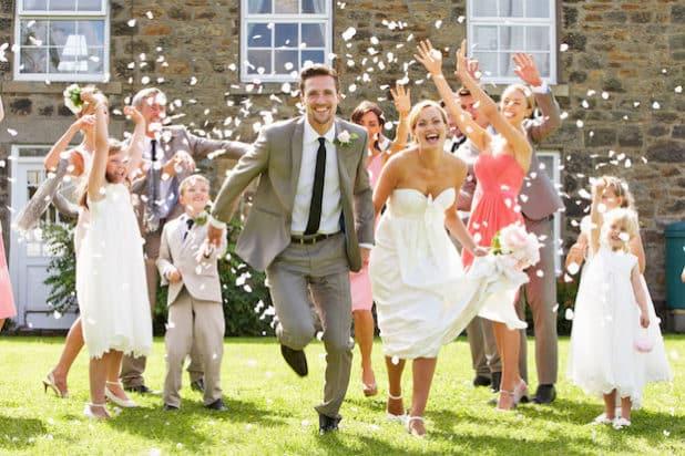 Hochsaison fürs Heiraten - und höchste Zeit für gute Geschenkideen. Foto: djd/BRAINSTREAM GmbH/micromonkey - Fotolia