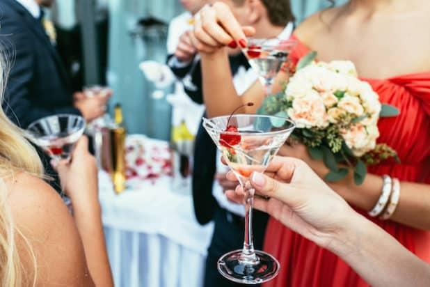 Bei einer Hochzeit sind speziell zur Begrüßung Cocktails geeignet, weil sie zu einem Plausch und zum Kennenlernen einladen. Foto: djd/BSI/stakhov-Fotolia