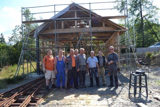 Die komplette Arbeitsgruppe vor dem Rohbau des Lokschuppens. (Quelle: LVR-Freilichtmuseum Lindlar)
