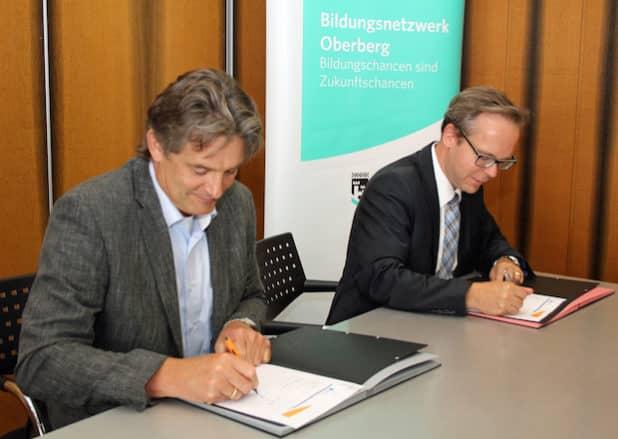 Unterzeichnen den Kooperationsvertrag für ein verbessertes Bildungsangebot im Oberbergischen Kreis: Kreisdirektor Klaus Grootens (r.) und Johannes Schnurr, Leiter der Transferagentur Kommunales Bildungsmanagement NRW (Foto: OBK)