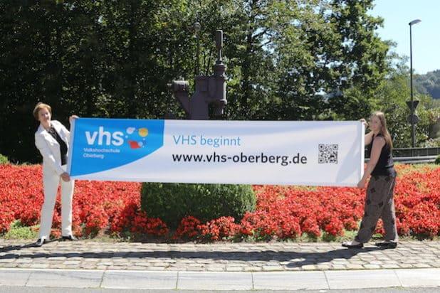 Renée Scheer (Leiterin der VHS Oberberg) und Anna Prawitz (VHS Wiehl) werben für den Semesterbeginn der VHS Oberberg am 5. September 2016. (Foto: OBK)