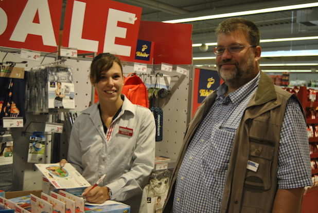 Jenny und Herr Borner bei der Prüfung zahlreicher Artikel des Marktes