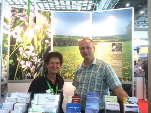 v.l.n.r.: Heike Rösner und Dietmar Persian am Stand der Naturarena bei der TourNatur (Quelle: Dietmar Persian)