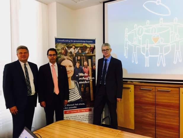 Marc Kostewitz (links), Roland Krebs (Mitte) und Karl-Michael Dommes (rechts) freuen sich auf die neuartige Vereinsunterstützung.