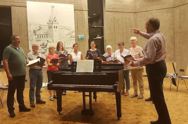 Der Seelsorgebereichsmusiker Adam Lenart (rechts) freut sich über das Engagement des neuen Kammerchores an St. Gertrud, der am 23. Oktober seinen ersten Auftritt hat. Foto: Tobias Zöller