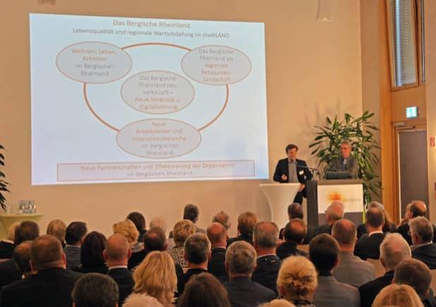 Prof. Hartmut Welters und Dr. Wolfgang Wackerl, deren Büros mit der Erarbeitung der REGIONALE-Bewerbung beauftragt sind, stellten den derzeitigen Bearbeitungsstand vor. (Foto: OBK)