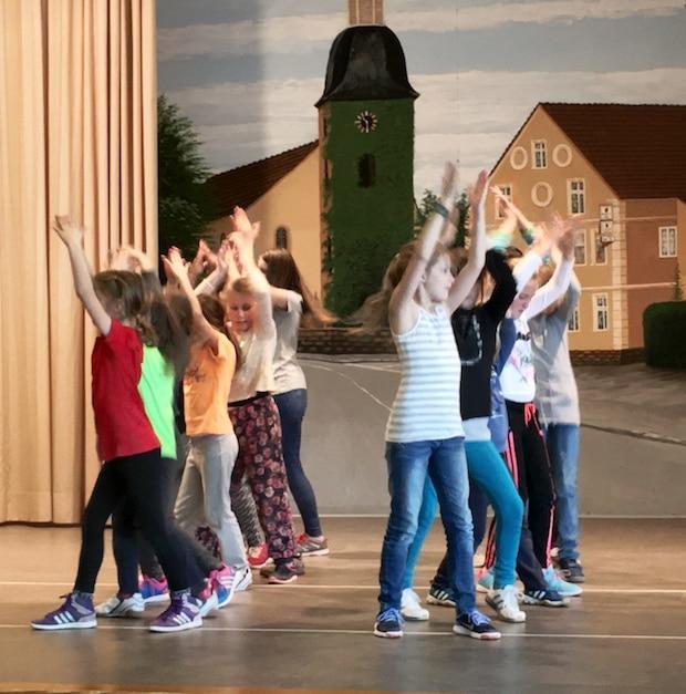 Photo of Wiehl: Tanzen quer durchs Jugendheim