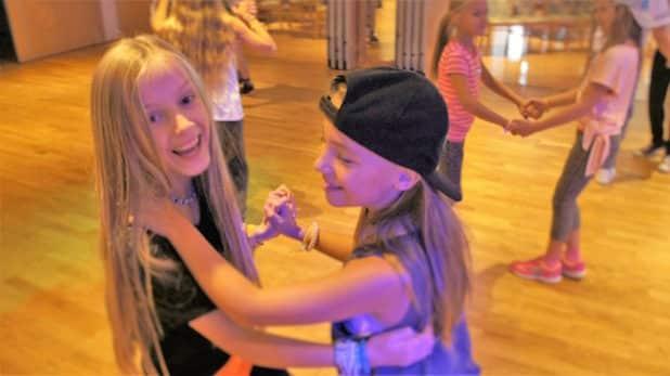 v.l.n.r: Nel & Pia beim Discofox tanzen (Quelle: ADTV Tanzschule Kasel)