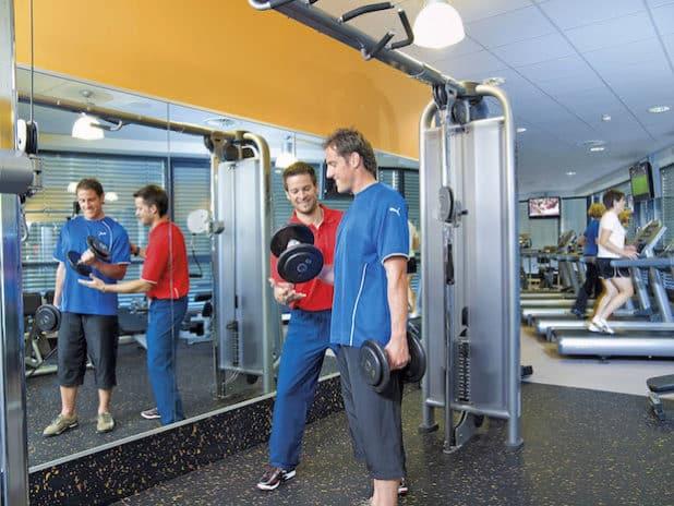 Personal-Training: Fitnesskunden legen immer mehr Wert auf eine individuelle Betreuung. (Quelle: djd/BSA-Akademie)