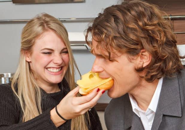 Die meisten Milchprodukte kommen bei den Deutschen mehrmals wöchentlich auf den Tisch: etwa als Butter und Käse für das Frühstücksbrötchen. (Quelle: djd/Landesvereinigung der Milchwirtschaft/LVN)