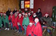 Kinder singen beim Adventstürchen am KulturBauwagen