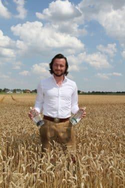 Gründer von Bavarian Spirits, Johannes Schlemmer auf dem Familien-Feld - Quelle: Münchner Spirituosen GmbH