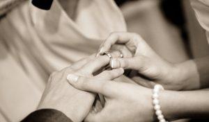 Goldene Eheringe – der Klassiker unter den Trauringen