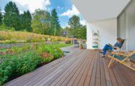 Mit beliebten Holzbelägen Akzente auf Balkon und Terrasse setzen