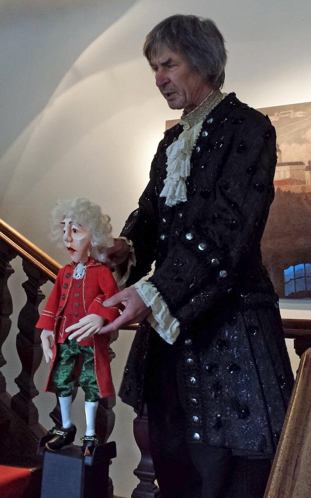 Photo of Haushofmeister Milchsack führt durch die Sammlungen des Museums Schloss Homburg