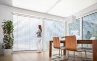 Moderner Raffstore als intelligenter Sonnenschutz mit Durchsicht