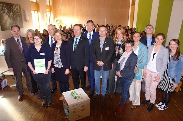 """Photo of Reichshof: Katholischer Kindergarten als """"Haus der kleinen Forscher"""" ausgezeichnet"""