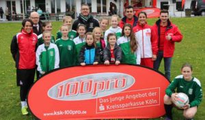 Fußballspielerinnen des 1. FC Köln trainieren die D-Juniorinnen des TSV Ründeroth