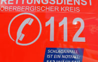 Rettungswagen des Kreises werben für Notruf 112 bei Schlaganfall