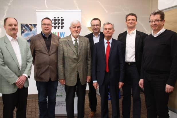 Peter Müller (dritter von rechts) und sein NIW Vorstandsteam stehen hinter der Unternehmerschule Oberberg. Foto: Ilse Düngelhoef
