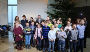 Grundschüler aus dem Oberbergischen schmücken Weihnachtsbaum im Landtag