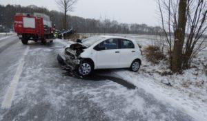 Unfall mit zwei Leichtverletzten auf schneeglatter Fahrbahn