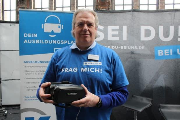 Andreas Döbler präsentiert sein Unternehmen auf der OBKarriere mit modernen VR-Brillen.
