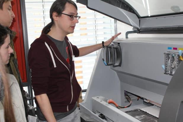 Dennis Wilk zeigt den OBKarriere Besuchern einen 3D-Drucker in der FH Gummersbach.