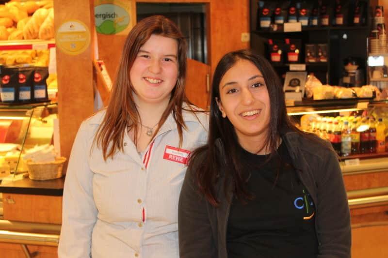 Tamara Joch und Aleyna Basparmak voll motiviert direkt am Kunden.