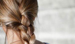 Normaler Haarverlust: warum wir täglich Haare verlieren