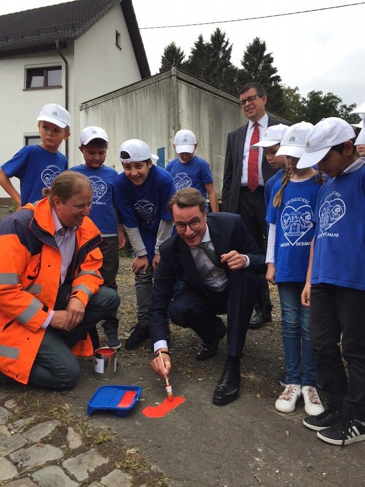 Photo of Sicher zur Schule: Verkehrsminister  eröffnet Bring- und Abholzonen für Eltern