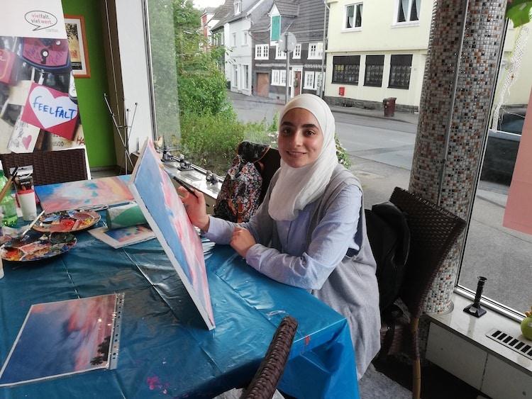 Photo of Farbenfrohes Treiben im Schaufenster vom Möbelkaufhaus