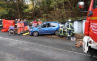 Kontrolle verloren – Auto prallt gegen Mauer – Fußgänger eingeklemmt