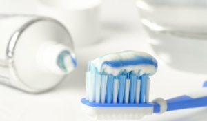 Unbekannter putzt sich Zähne vor einem Friseursalon
