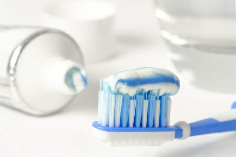 Photo of Unbekannter putzt sich Zähne vor einem Friseursalon