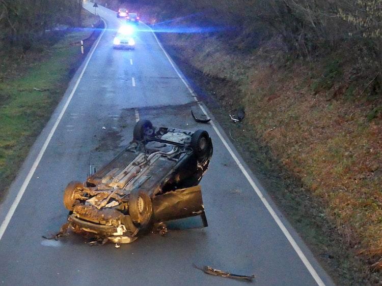 Photo of Verkehrsunfall – 20-Jährige mit Wagen überschlagen und schwer verletzt