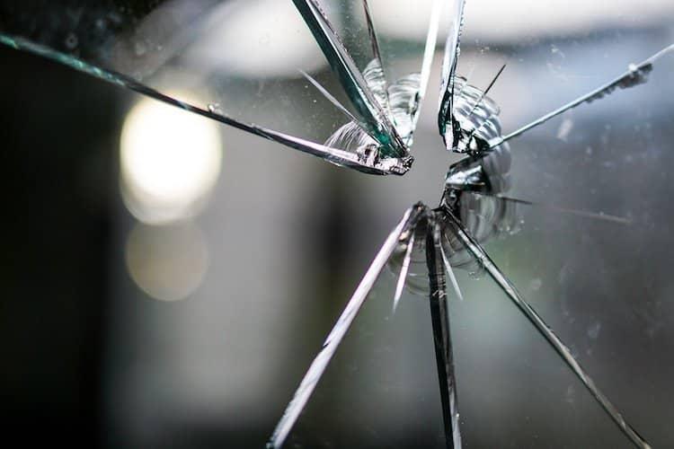 Photo of Glasscheibe eines Tabakgeschäftes mutwillig beschädigt