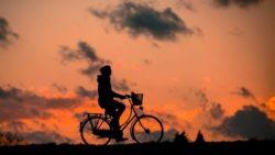 Immer mehr Menschen steigen aufs Rad fahren um.