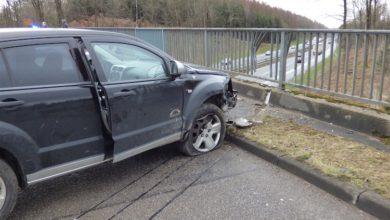 Photo of Fahrer verliert Kontrolle über Fahrzeug und prallt gegen Brückengeländer