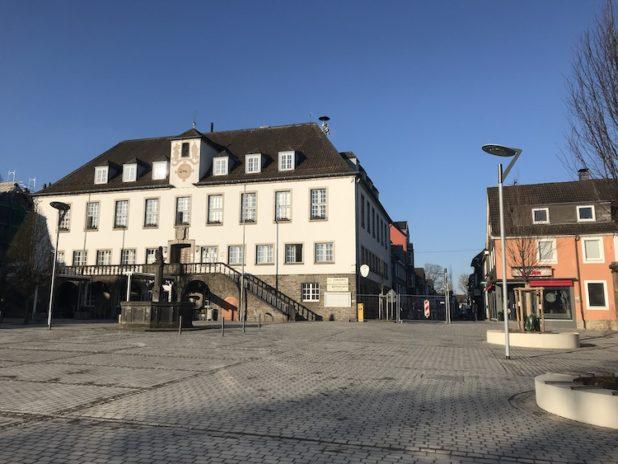 Die Pflasterarbeiten auf dem Marktplatz in Wipperfürth sind noch nicht abgeschlossen.