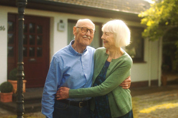 Die Verrentung Ihres Hauses oder Ihrer Wohnung sichert Ihnen den Verbleib im lieb gewordenen Heim und sorgt gleichzeitig für regelmäßige monatliche Einnahmen (Leibrente) bis zum Lebensende.