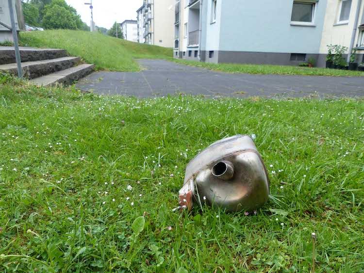 Photo of Mit Kleinwagen in Haustür gefahren und geflüchtet